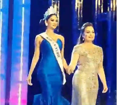 Miss Universe 2015 Pia Wurtzbach and Miss Universe 1973 Margie Moran in one stage